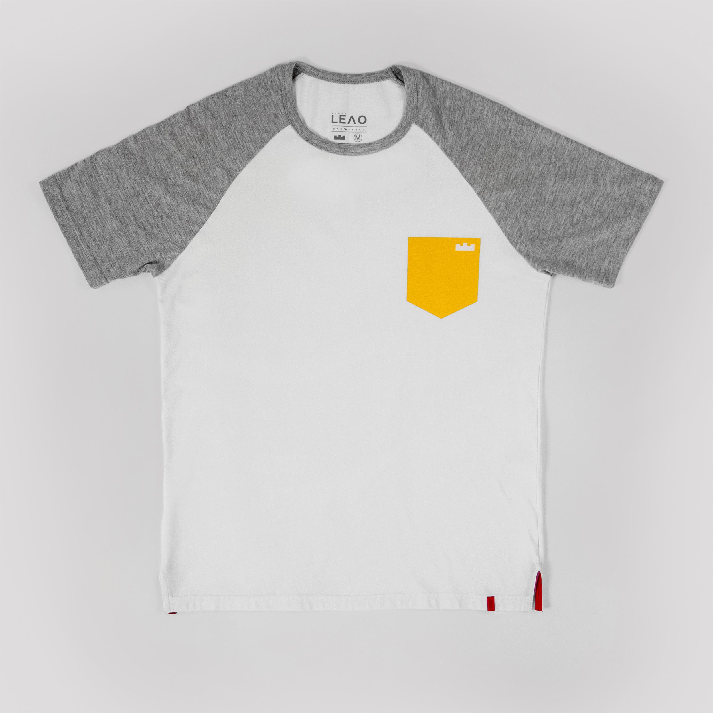 d8e9c22246e Camiseta Raglan Branca e Mescla Estampa Bolso Amarelo
